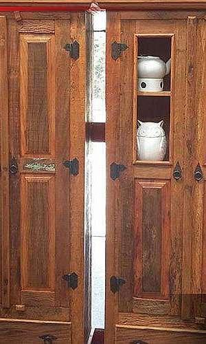Cristaleira de madeira rústica