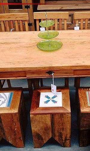 Mesa rústica com bancos