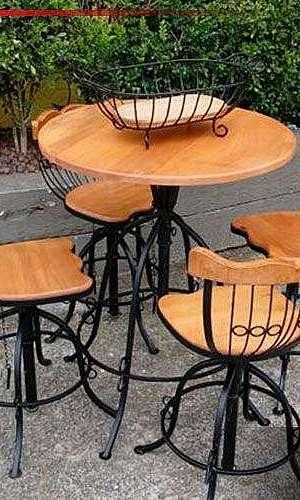 Mesa rústica com cadeiras